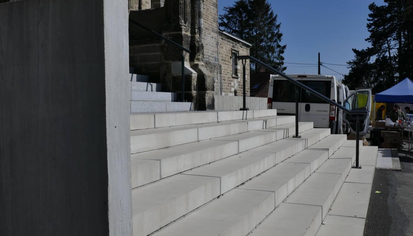 Très beau parvis en béton préfabriqué pour l'église de Baudour