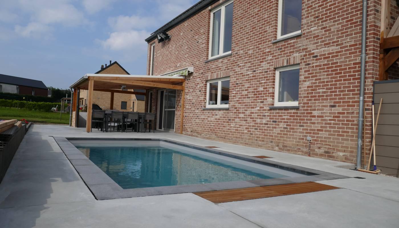 Terrasse et plage de piscine en béton lissé