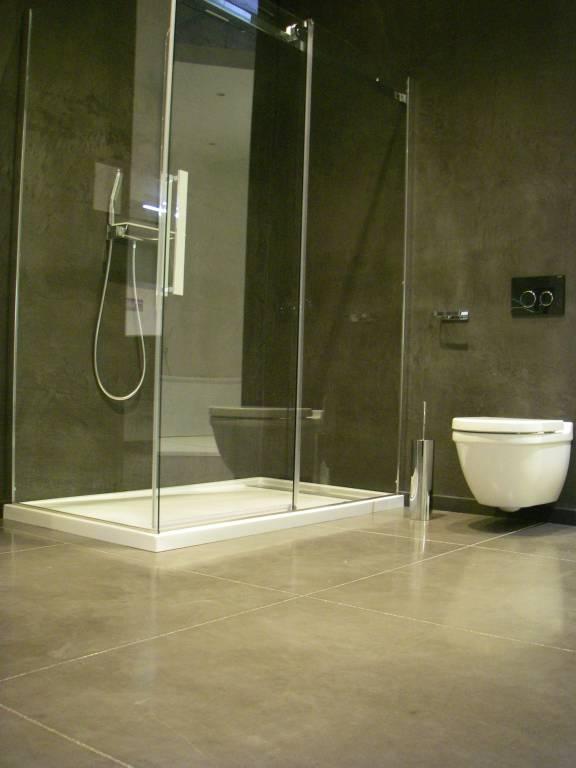 Béton lissé au quartz anthracite pour salle de bain