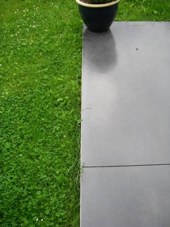 Terrasse en béton semi lissé teinte anthracite - écran total