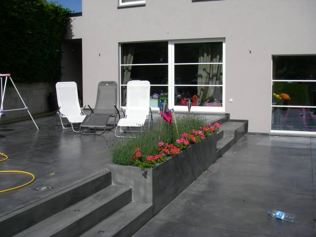 Bacs à fleurs et escaliers en béton préfabriqué