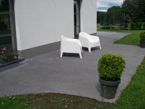 Devanture et terrasse en béton anthracite