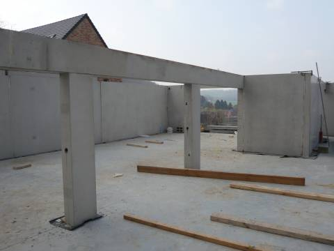 Radier en béton, colonnes et linteaux en béton préfabriqué