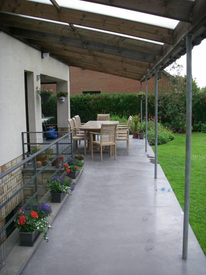 Terrasse en béton semi lissé sous pergola