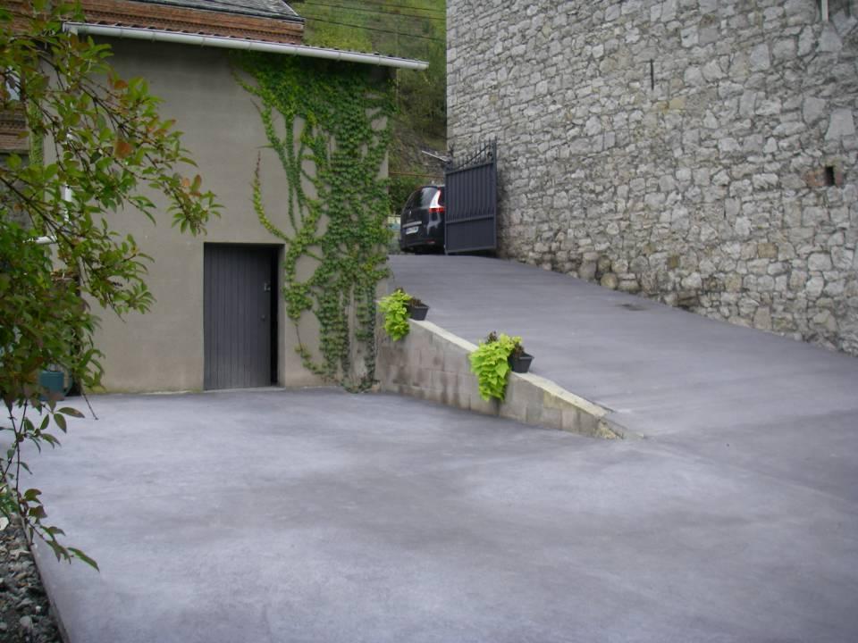 Parking en béton semi lissé et rampe en béton brossé