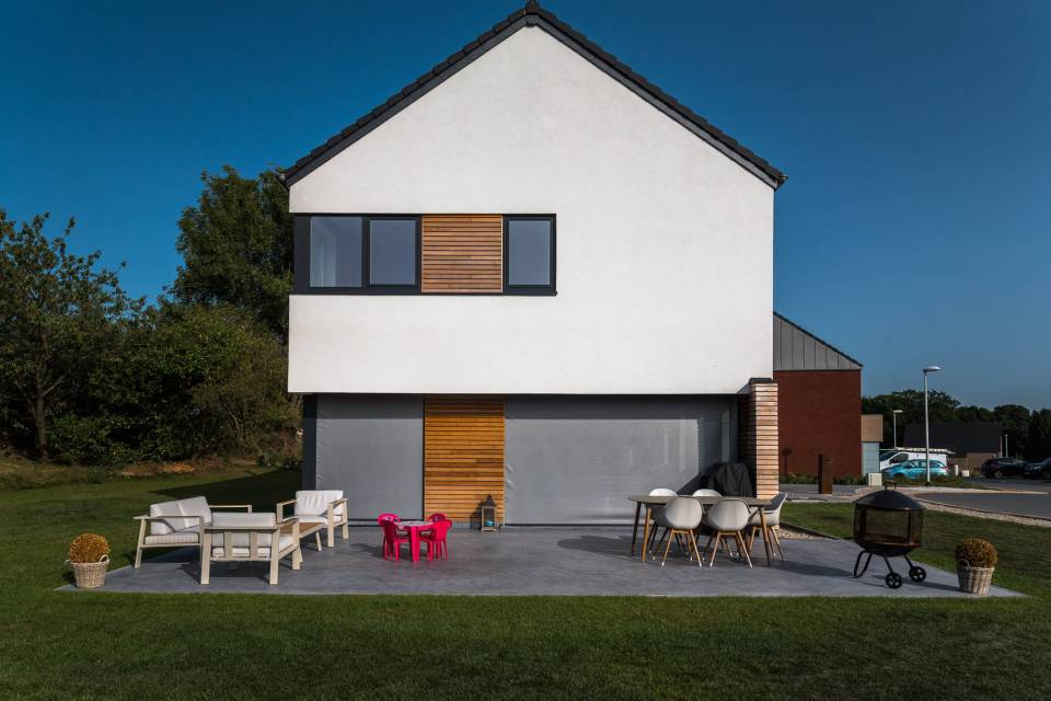 Terrasse en béton semi lissé teinte gris-souris