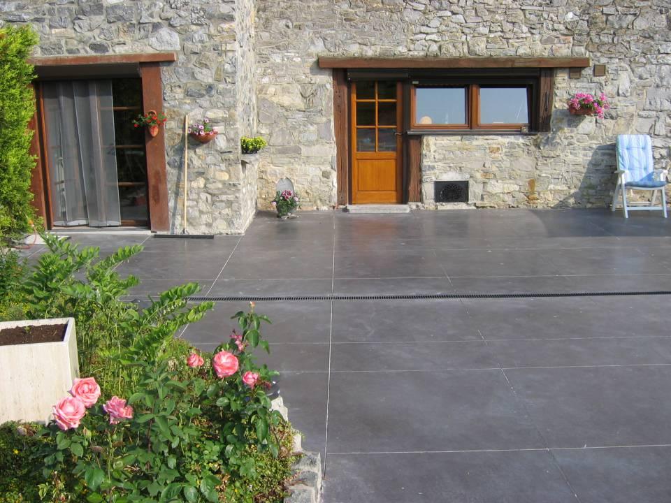 Terrasse en béton semi lissé teinte anthracite